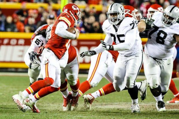 2015_w17_Raiders-Chiefs_Alex_Smith-Shelby_Harris