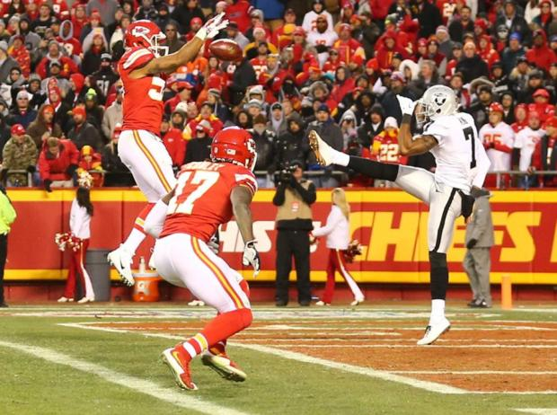 2015_w17_Raiders-Chiefs_Marquette_King_punt_blocked