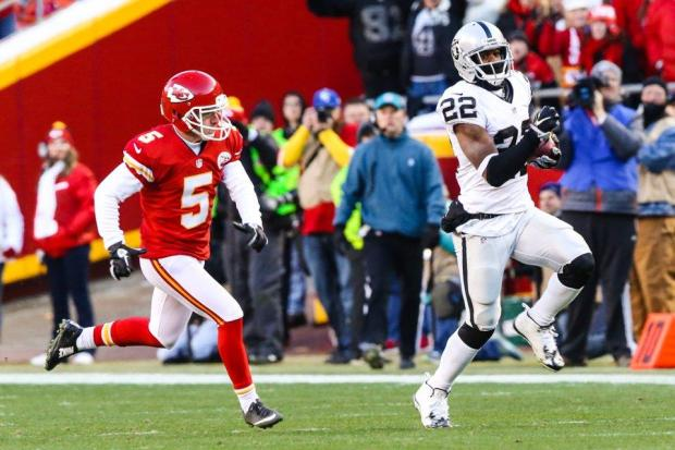 2015_w17_Raiders-Chiefs_Taiwan_Jones_70yd_return
